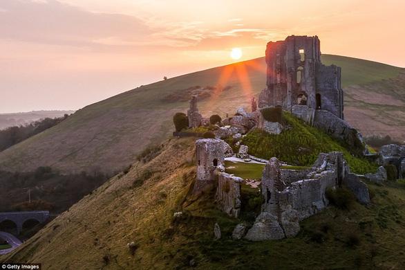 Vòng quanh các lâu đài bỏ hoang trên thế giới - Ảnh 19.