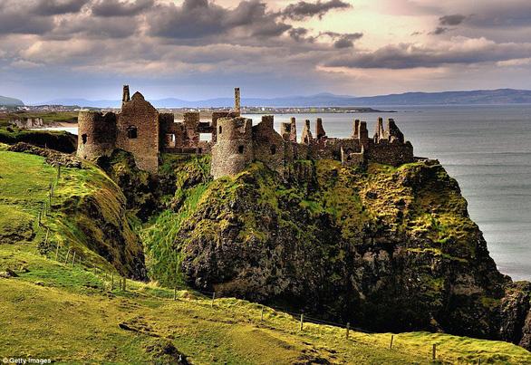 Vòng quanh các lâu đài bỏ hoang trên thế giới - Ảnh 17.