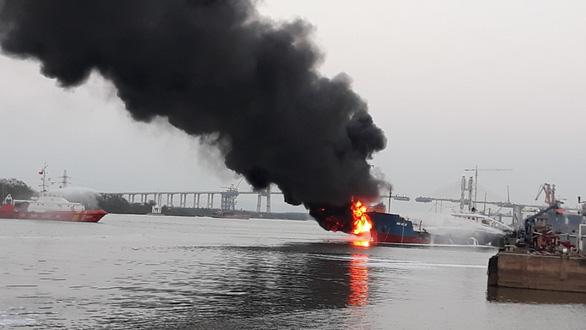 Tàu dầu 2.000 tấn phát nổ, bốc cháy dữ dội khi đang tiếp dầu - Ảnh 1.
