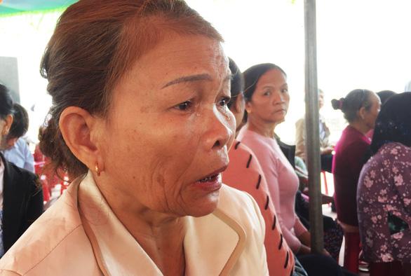 41 người Hàn Quốc cúi đầu tạ lỗi trước hàng bia mộ ở Hà My - Ảnh 3.