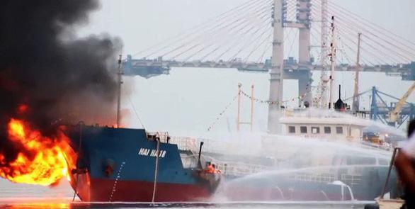 Tàu dầu 2.000 tấn phát nổ, bốc cháy dữ dội khi đang tiếp dầu - Ảnh 4.