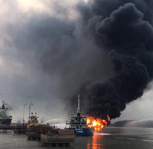 Tàu dầu 2.000 tấn phát nổ, bốc cháy dữ dội khi đang tiếp dầu - Ảnh 5.