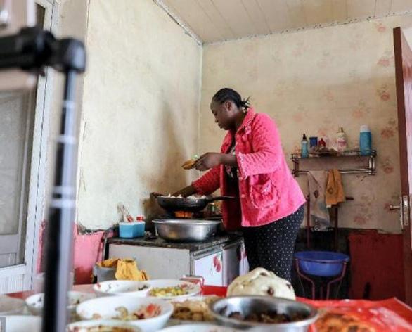 Dân Trung Quốc tò mò khi đàn ông lấy vợ châu Phi - Ảnh 3.