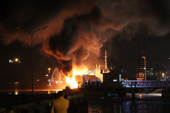 Tàu dầu 2.000 tấn phát nổ, bốc cháy dữ dội khi đang tiếp dầu - Ảnh 6.