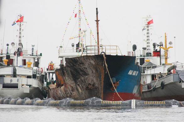 Cận cảnh tàu chở xăng dầu Hải Hà 18 hư hỏng nặng sau vụ cháy - Ảnh 1.