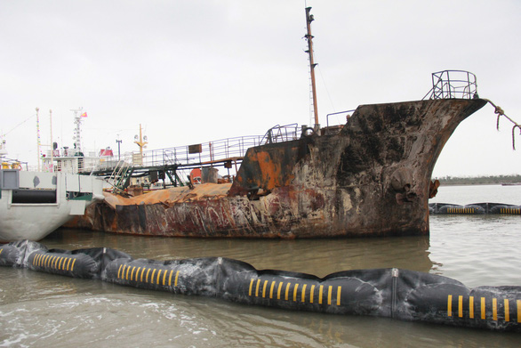 Cận cảnh tàu chở xăng dầu Hải Hà 18 hư hỏng nặng sau vụ cháy - Ảnh 2.