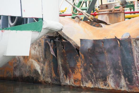 Cận cảnh tàu chở xăng dầu Hải Hà 18 hư hỏng nặng sau vụ cháy - Ảnh 3.