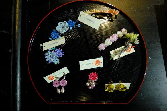Đính những bông anh đào Nhật bằng vải lên áo dài Việt Nam - Ảnh 3.