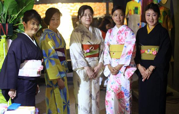 Đính những bông anh đào Nhật bằng vải lên áo dài Việt Nam - Ảnh 5.