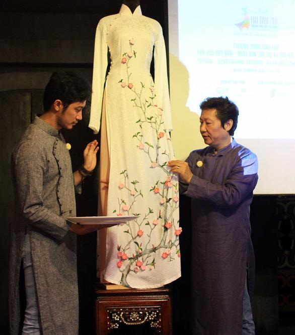 Đính những bông anh đào Nhật bằng vải lên áo dài Việt Nam - Ảnh 2.