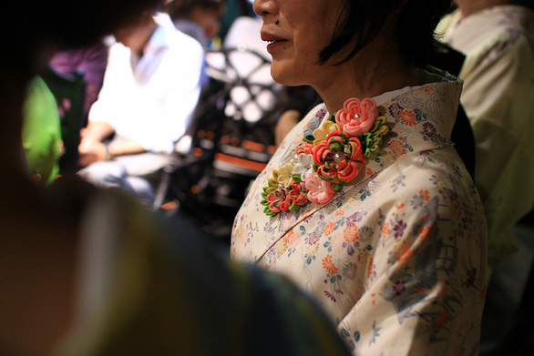 Đính những bông anh đào Nhật bằng vải lên áo dài Việt Nam - Ảnh 7.