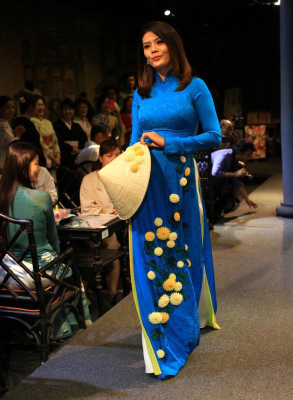 Đính những bông anh đào Nhật bằng vải lên áo dài Việt Nam - Ảnh 8.