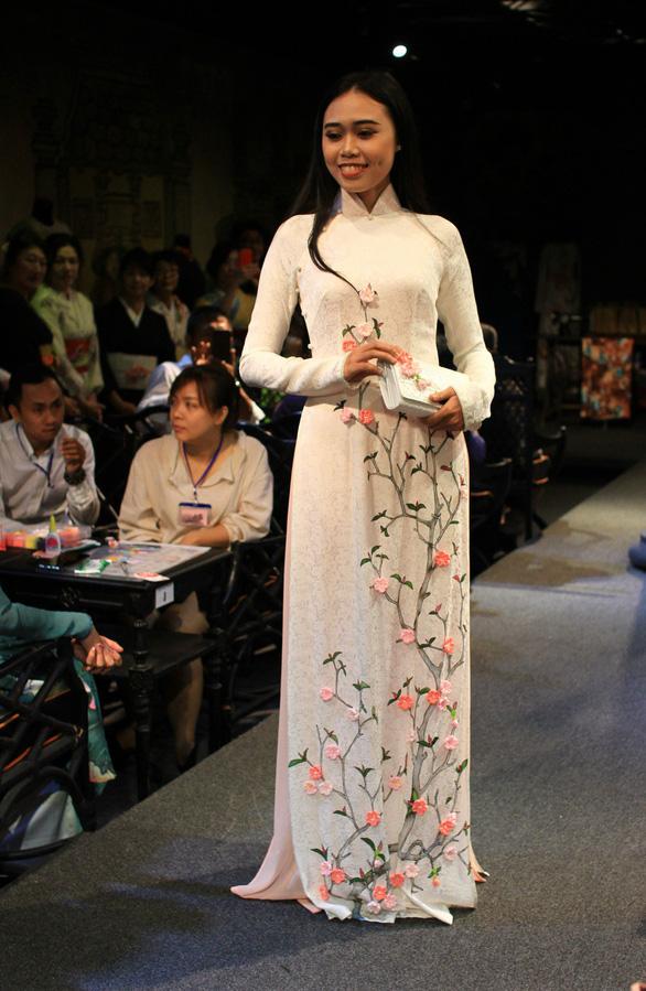 Đính những bông anh đào Nhật bằng vải lên áo dài Việt Nam - Ảnh 9.