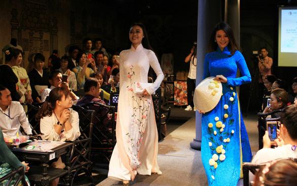 Đính những bông anh đào Nhật bằng vải lên áo dài Việt Nam - Ảnh 1.