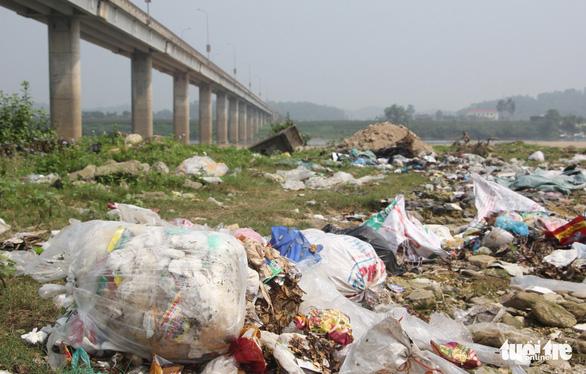 Bãi bồi sông Lam ngập rác, dân kêu trời vì ruồi - Ảnh 1.