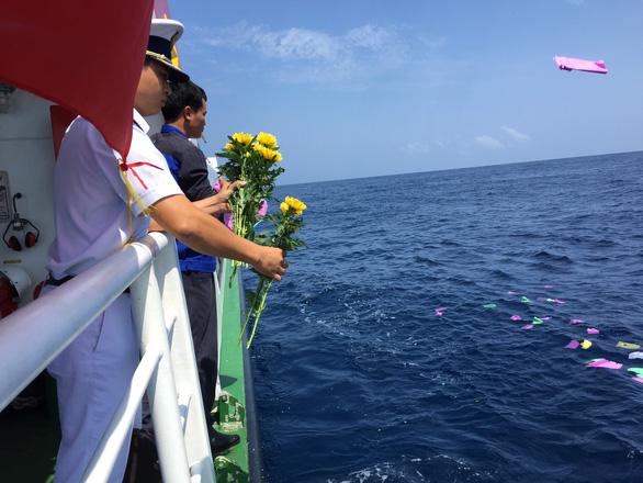 Tưởng niệm Gạc Ma trên biển Hoàng Sa - Ảnh 7.