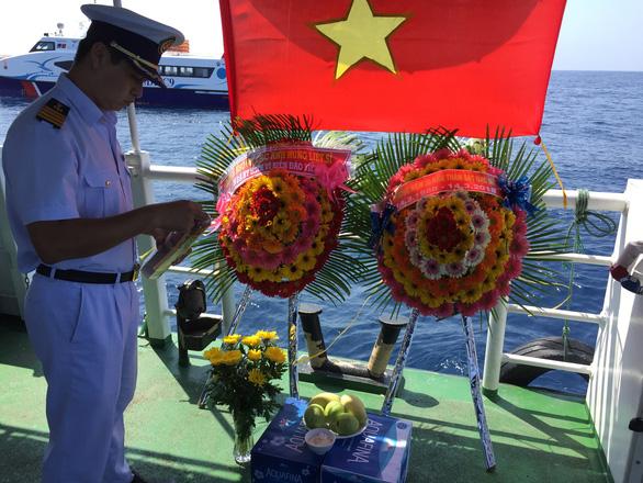 Tưởng niệm Gạc Ma trên biển Hoàng Sa - Ảnh 3.