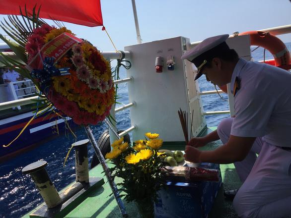 Tưởng niệm Gạc Ma trên biển Hoàng Sa - Ảnh 4.