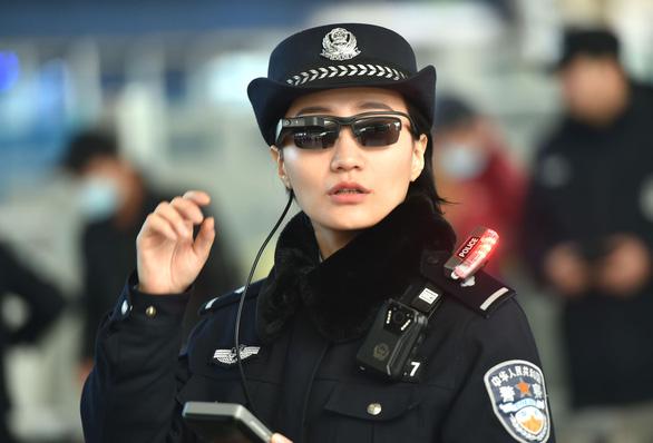 Cảnh sát Trung Quốc tăng cường sử dụng kính nhận diện - Ảnh 1.