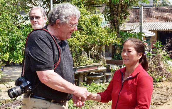 Cựu binh Mỹ và cây vĩ cầm gắn bó với phụ nữ nghèo Quảng Ngãi - Ảnh 2.