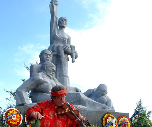 Cựu binh Mỹ và cây vĩ cầm gắn bó với phụ nữ nghèo Quảng Ngãi - Ảnh 1.