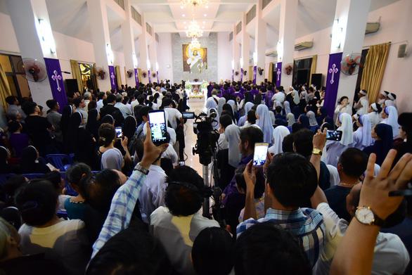 Linh cữu Tổng giám mục Bùi Văn Đọc đã về đến TP.HCM - Ảnh 6.