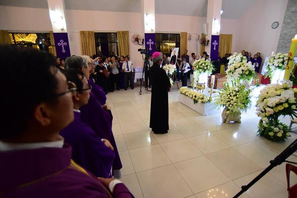 Linh cữu Tổng giám mục Bùi Văn Đọc đã về đến TP.HCM - Ảnh 8.