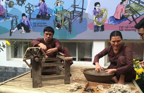Ngắm thời trang Việt - Ý và xem triển lãm ươm tơ dệt lụa - Ảnh 2.