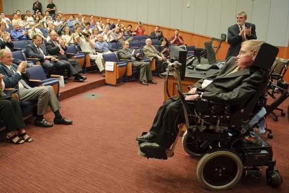Stephen Hawking, người khiêu vũ với... xe lăn - Ảnh 1.