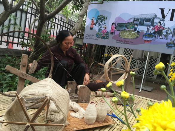 Ngắm thời trang Việt - Ý và xem triển lãm ươm tơ dệt lụa - Ảnh 9.