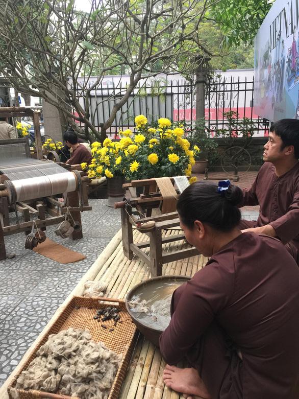 Ngắm thời trang Việt - Ý và xem triển lãm ươm tơ dệt lụa - Ảnh 10.