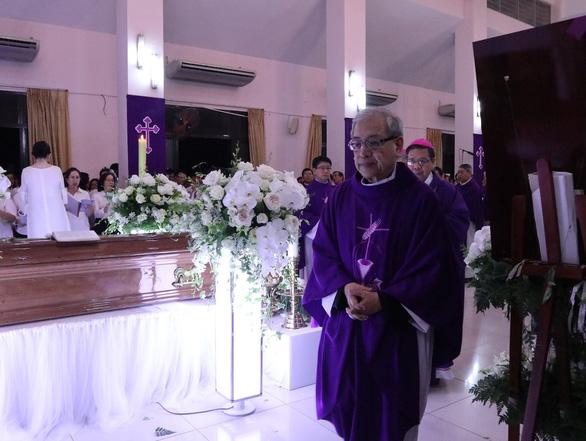 Linh cữu Tổng giám mục Bùi Văn Đọc đã về đến TP.HCM - Ảnh 5.