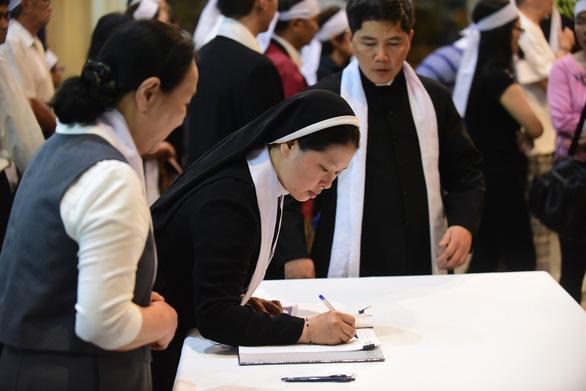 Phó thủ tướng Trương Hòa Bình viếng Đức Tổng giám mục Bùi Văn Đọc - Ảnh 7.