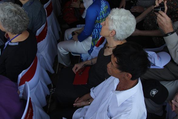 Những người nước ngoài làm bạn với Sơn Mỹ từ quá khứ đau buồn - Ảnh 9.