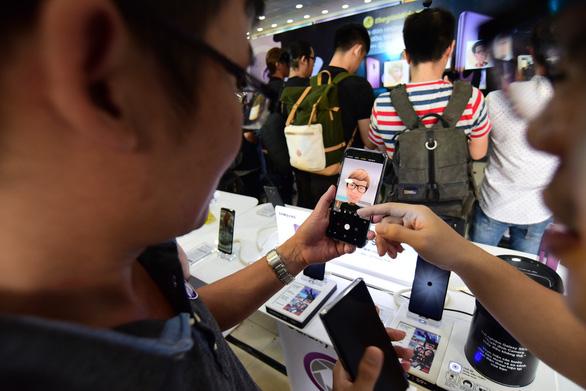 Samsung Galaxy S9/S9+ đắt hàng ngày đầu mở bán - Ảnh 1.