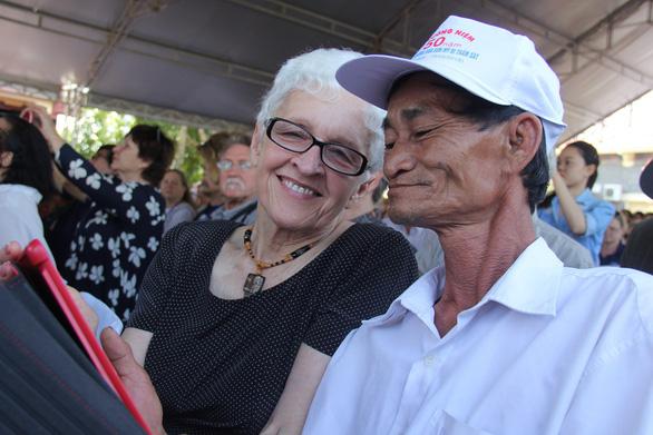 504 đóa hồng chia sẻ nỗi đau 50 năm thảm sát Sơn Mỹ - Ảnh 2.