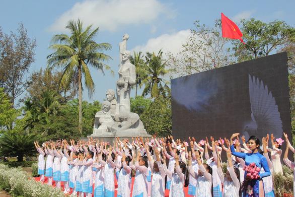504 đóa hồng chia sẻ nỗi đau 50 năm thảm sát Sơn Mỹ - Ảnh 9.