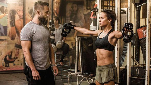 Quên Angelina Jolie đi, Alicia chính là nàng Lara được mong chờ - Ảnh 6.