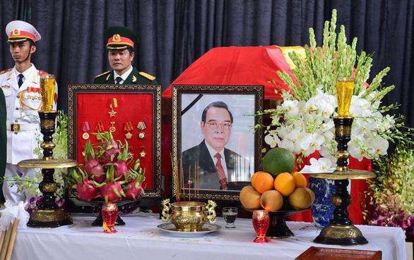 Treo cờ rủ hai ngày Quốc tang nguyên Thủ tướng Phan Văn Khải - Ảnh 1.