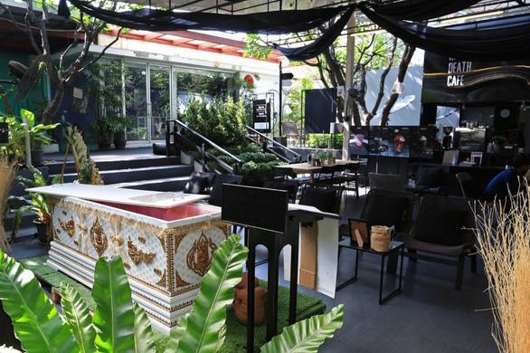 Đi Bangkok uống cà phê ở quán cà phê đám tang - Ảnh 3.