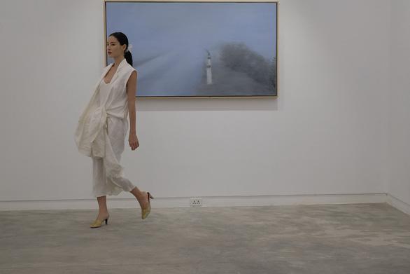 Li Lam ra mắt bộ thiết kế Lam Blanc cảm hứng từ sen trắng - Ảnh 3.