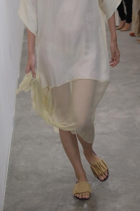 Li Lam ra mắt bộ thiết kế Lam Blanc cảm hứng từ sen trắng - Ảnh 6.