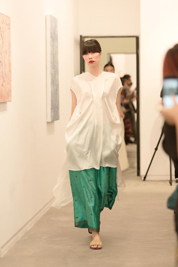 Li Lam ra mắt bộ thiết kế Lam Blanc cảm hứng từ sen trắng - Ảnh 7.