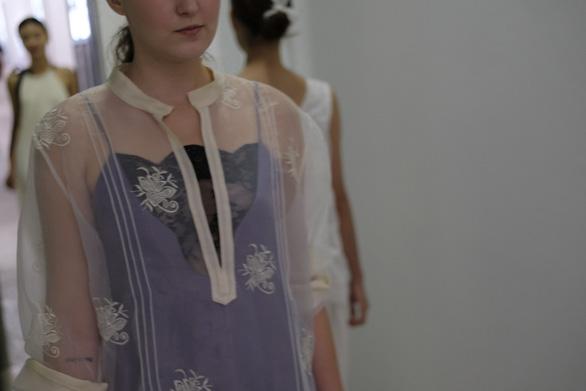 Li Lam ra mắt bộ thiết kế Lam Blanc cảm hứng từ sen trắng - Ảnh 8.