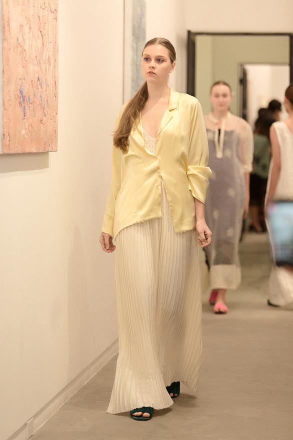 Li Lam ra mắt bộ thiết kế Lam Blanc cảm hứng từ sen trắng - Ảnh 9.