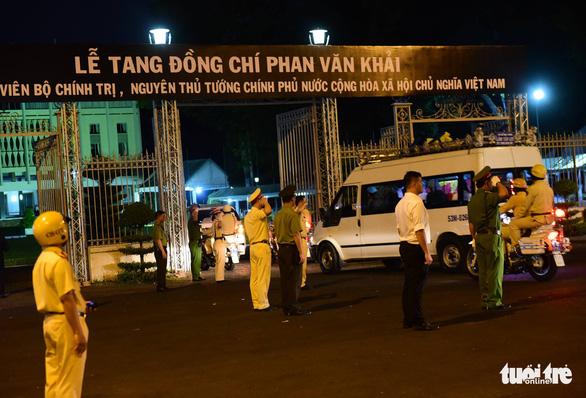 Người dân ra đường tiễn cố Thủ tướng Phan Văn Khải - Ảnh 3.