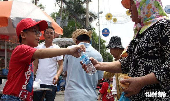 Đi hội rằm tháng giêng Bình Dương, miễn phí đồ ăn, xe ôm, nước uống - Ảnh 3.