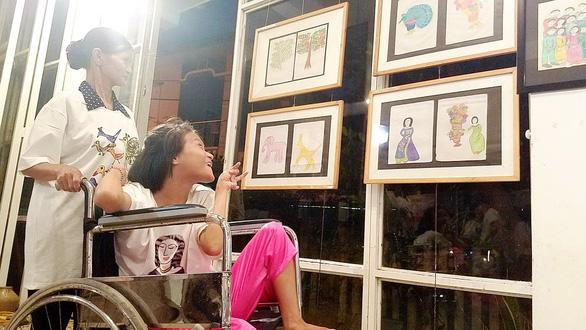 Điều ước thứ 7 tặng mơ ước cho cô gái vẽ tranh bằng chân ở Huế - Ảnh 1.