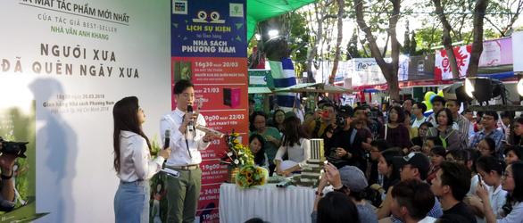 Anh Khang, Hamlet Trương, Iris Cao hâm nóng hội sách ngày thứ 2 - Ảnh 1.