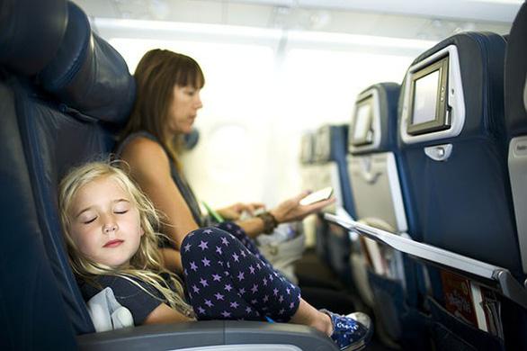 Vì sao ghế máy bay thường có màu xanh? - Ảnh 1.
